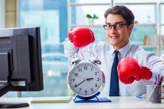Biznesmen z bokserskimi rękawiczkami w biurze Zdjęcia Royalty Free