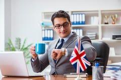 Biznesmen z brytyjską flaga w biurze zdjęcia stock