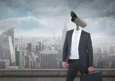 Biznesmen z CCTV głową z miasto linią horyzontu zdjęcia stock