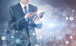 Biznesmen z cyfrową pastylką, sieć hologram Zdjęcie Royalty Free