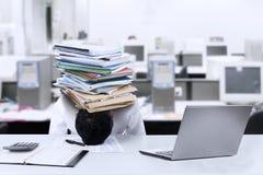 Biznesmen z dokumentami na jego głowa 1 Zdjęcia Stock