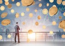 Biznesmen z dokumentem, bitcoin deszcz, wykresy fotografia royalty free