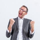 Biznesmen z dynamicznego języka ciała krzyczącym zwycięstwem Zdjęcia Stock