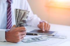 Biznesmen z gotówkowymi dolarami obrazy royalty free