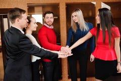 Biznesmen z jej personelem, ludzie grupy w tle przy nowożytnym jaskrawym biurem indoors fotografia royalty free