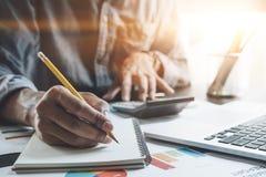 Biznesmen z kalkulatora i laptopu liczeniem z co Obraz Royalty Free