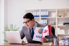 Biznesmen z kanadyjczyk flaga w biurze obrazy stock