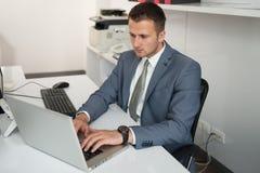 Biznesmen z komputerem obrazy royalty free