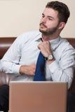 Biznesmen z komputerem zdjęcia stock