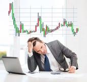 Biznesmen z komputerem, papierami i kalkulatorem, Obraz Stock