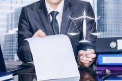 Biznesmen z kontraktem podpisywać jako sprawiedliwość symbol i skalami fotografia stock