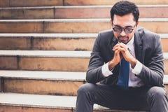 Biznesmen z kostiumu obsiadaniem przy schodkiem w mieście zdjęcie stock
