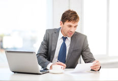 Biznesmen z laptopem i dokumentami Zdjęcia Royalty Free