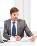 Biznesmen z laptopem i dokumentami Zdjęcie Royalty Free