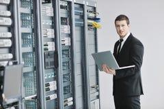 Biznesmen z laptopem w sieci serweru pokoju Obraz Royalty Free