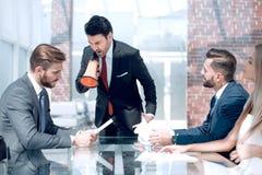 Biznesmen z megafonem przy spotkaniem z biznesową drużyną obrazy royalty free