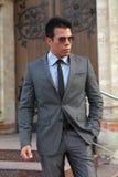 Biznesmen z okularami przeciwsłonecznymi, szarość kostium Zdjęcia Stock