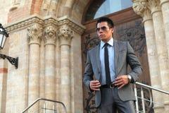 Biznesmen z okularami przeciwsłonecznymi, szarość kostium Fotografia Royalty Free