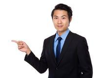 Biznesmen z palcowym punktem na boku Fotografia Stock
