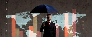 Biznesmen z parasolową pozycją nad szpaltowego diagrama backgroun Obrazy Royalty Free