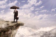 Biznesmen z parasolowy plenerowym obraz royalty free