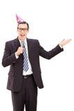 Biznesmen z partyjnym kapeluszowym mówieniem na mikrofonie Zdjęcia Royalty Free
