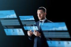 Biznesmen z pastylka komputerem osobistym i wymian mapami Zdjęcie Stock