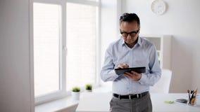 Biznesmen z pastylka komputerem osobistym w biurze zdjęcie wideo