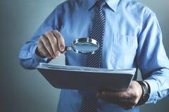 Biznesmen z powiększać - szklani czytanie dokumenty Obraz Royalty Free