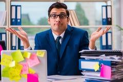 Biznesmen z przypomnienie notatkami w multitasking pojęciu fotografia royalty free