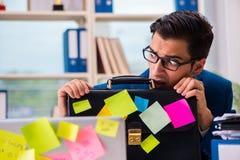 Biznesmen z przypomnienie notatkami w multitasking pojęciu zdjęcia royalty free
