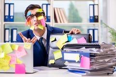 Biznesmen z przypomnienie notatkami w multitasking pojęciu zdjęcie stock