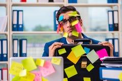 Biznesmen z przypomnienie notatkami w multitasking pojęciu obrazy royalty free