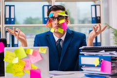 Biznesmen z przypomnienie notatkami w multitasking pojęciu Obraz Royalty Free