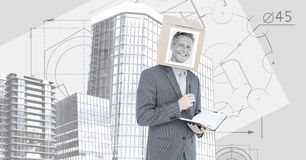 Biznesmen z pudełko głową, notatnik i Wysocy budynki z projektem planuje tło Obrazy Royalty Free