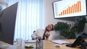 Biznesmen z rękami podnosił odświętność sukces w biurze z bliska zbiory wideo