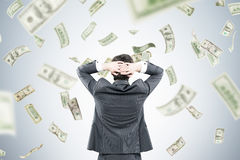 Biznesmen z rękami za głową w pieniądze przepływie Obrazy Stock