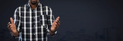 Biznesmen z ręki palmą otwartą i ciemnym tłem Zdjęcie Stock