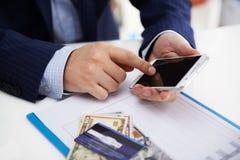 Biznesmen z smartphone Obrazy Royalty Free