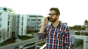 Biznesmen z smartphone robi rozmowie telefonicza, stoi na balco zdjęcie wideo