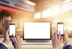 Biznesmen z smartphone w rękach i laptopu pustym ekranie Obrazy Stock