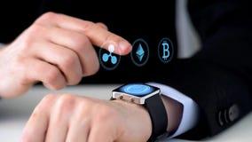 Biznesmen z smartwatch górniczym cryptocurrency zbiory wideo