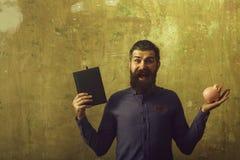 Biznesmen z szczęśliwym twarz chwyta notatnikiem i pieniądze pudełkiem obraz royalty free