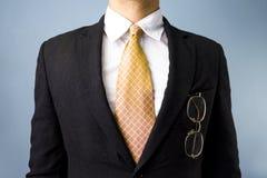 Biznesmen z szkłami w przód kieszeni Zdjęcia Stock