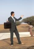 Biznesmen z teczką w pustynnej wiosce Obrazy Stock