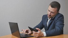 Biznesmen z telefonu laptopem i pastylką Obrazy Stock