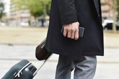 Biznesmen z tramwajem, teczką i smartphone, Zdjęcia Stock