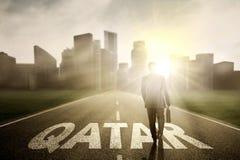Biznesmen z walizką i Katarskim słowem Obrazy Royalty Free