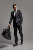 Biznesmen z walizką. Pełna długość ufny młody busine Fotografia Royalty Free