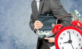 Biznesmen z walizką pełno pieniądze Fotografia Stock